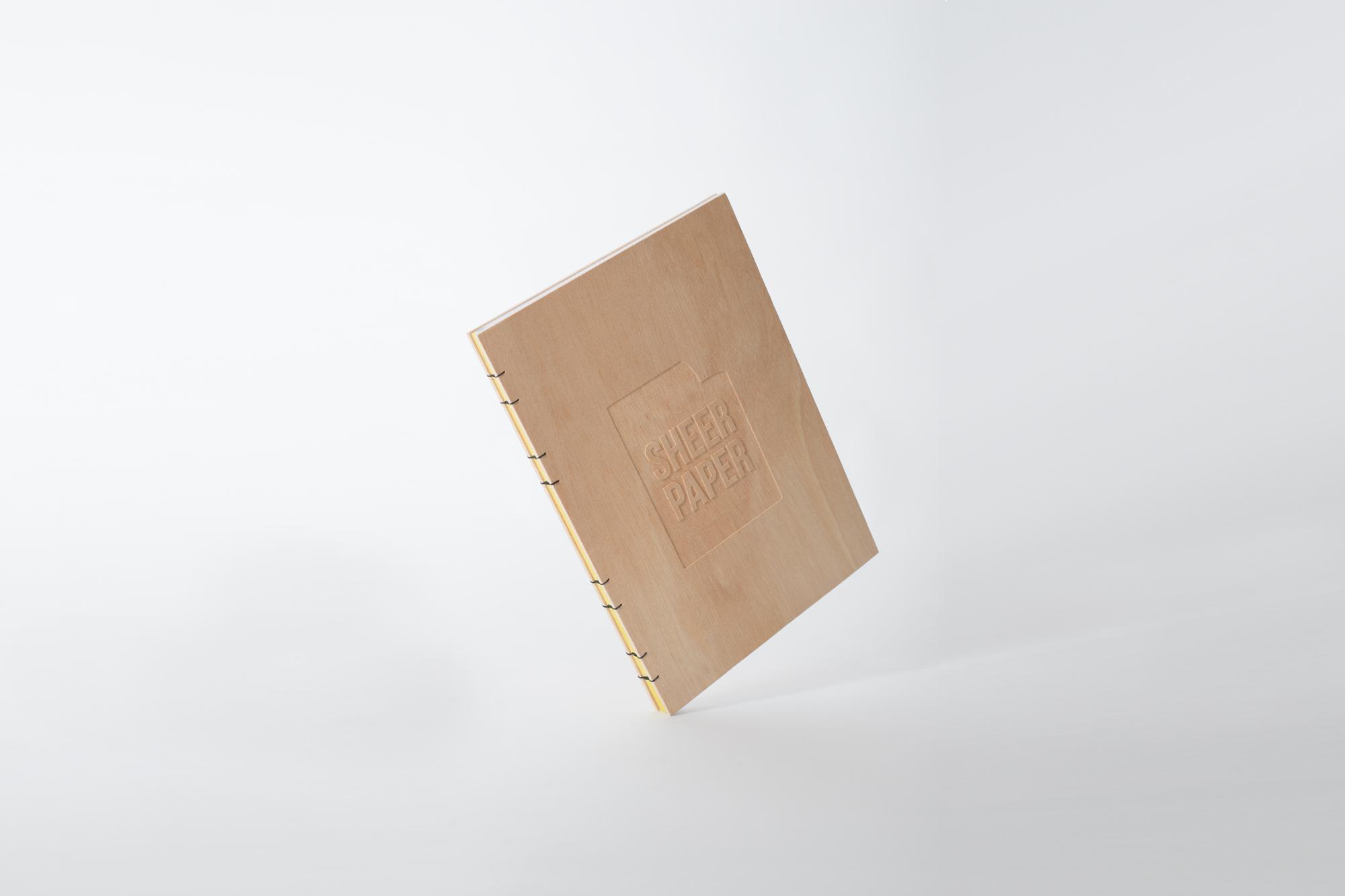 Holzbuch schwebend