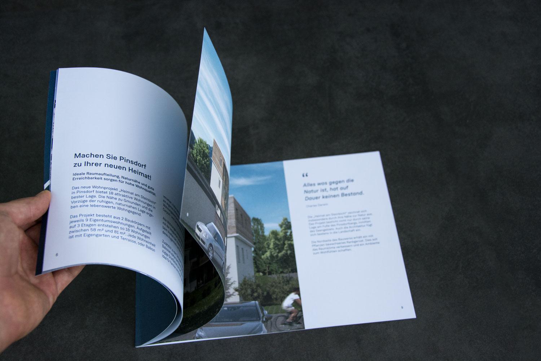 Innenseiten einer Broschüre für lokalen Immobilienmakler beim Umblättern