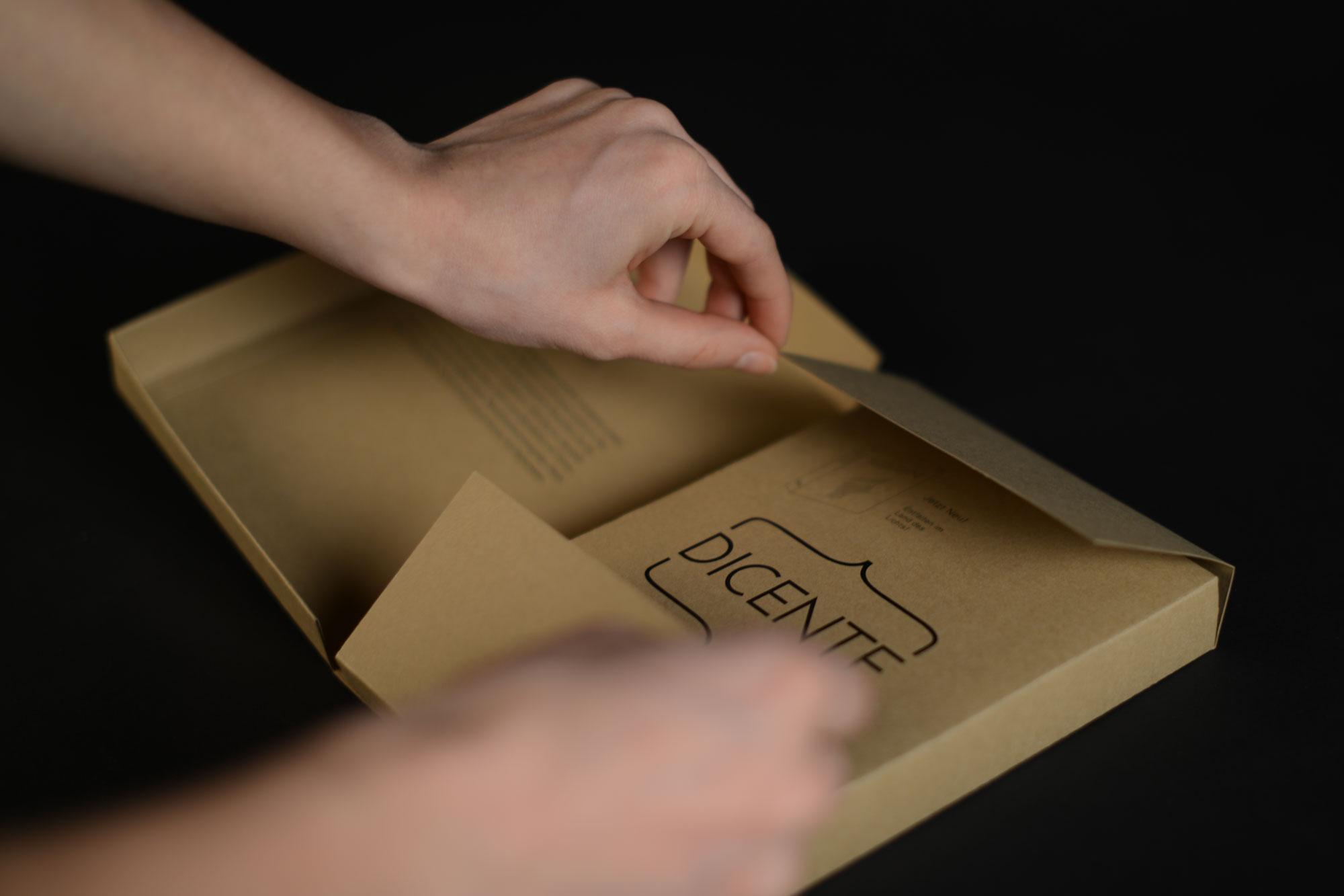 Blick auf die geöffnete Schachtel